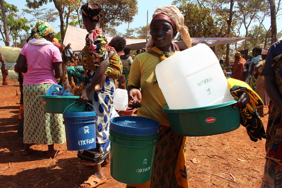 Refugees collect Oxfam water and sanitation equipment in Nyarugusu camp