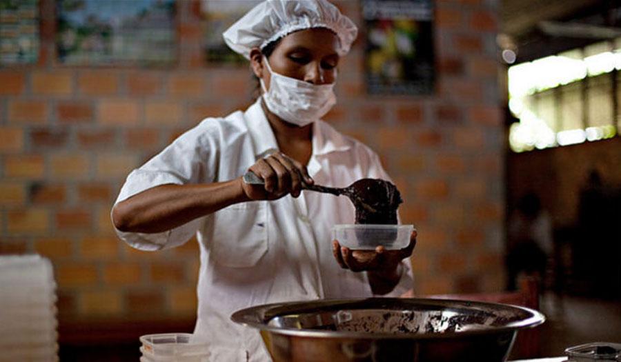 Procesado del chocolate en la planta comunitaria de la APARAB. Foto: Oxfam en Bolivia