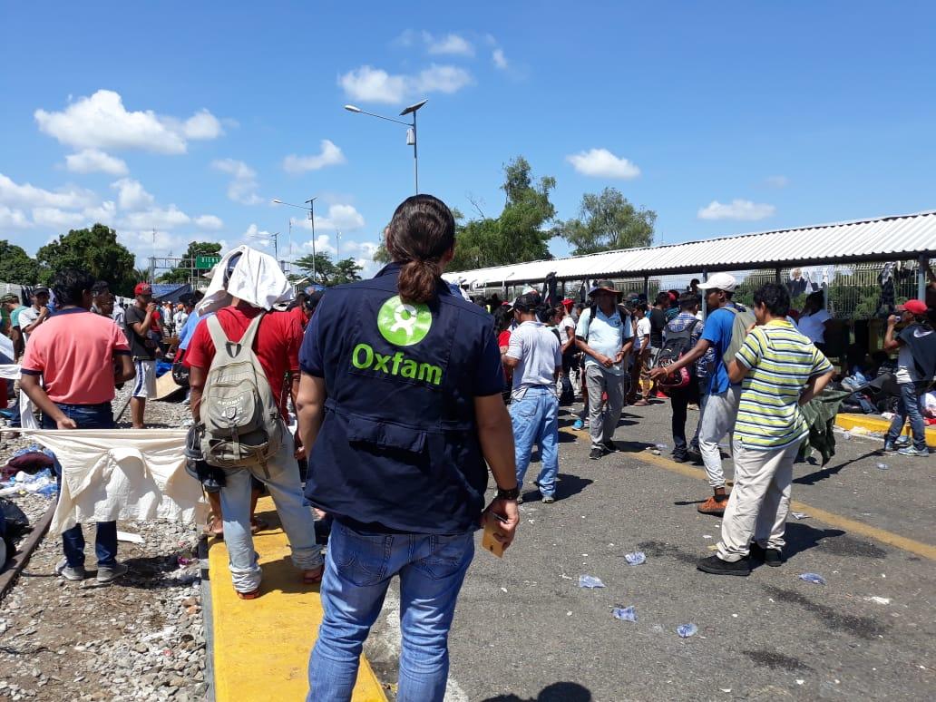 Les migrants attendent de traverser la frontière entre le Guatemala et le Mexique sur le pont Rodolfo Robles. Photo: Eva Cameros / Oxfam