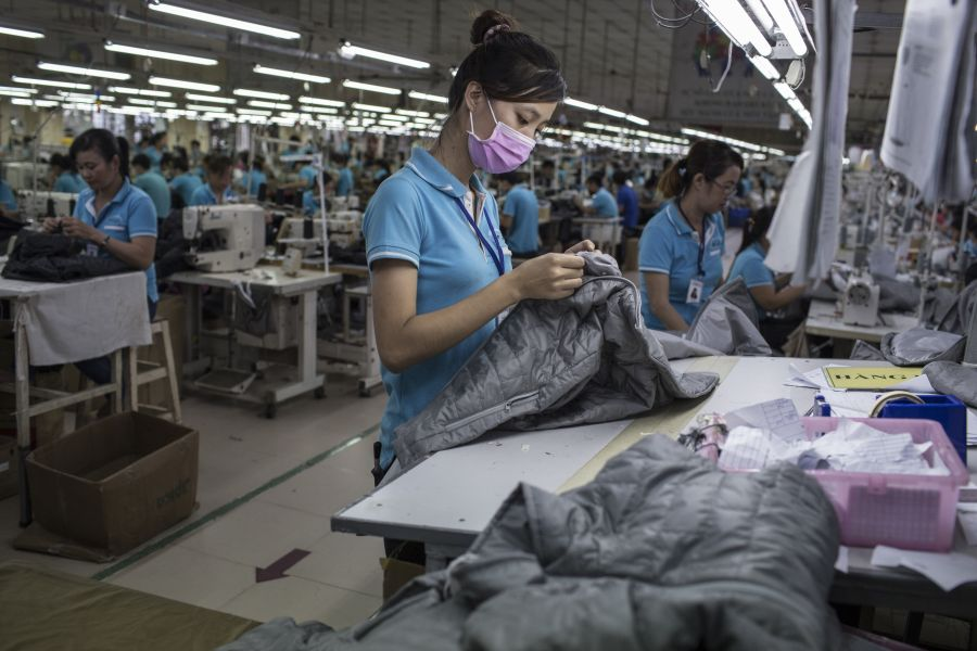 A woman works on a clothing line making winter jackets for an international brand in a garment factory in Dong Nai province, Vietnam, on November Une ouvrière travaille à la chaîne dans une usine de confection de la province de Dong Nai, au Vietnam.
