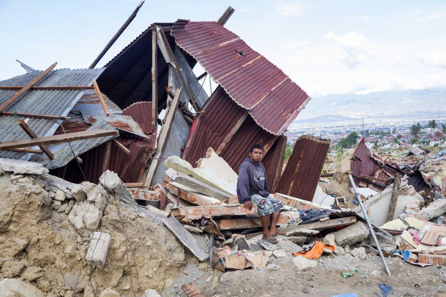 Ronald (32 ans) devant l'atelier de réparation automobile de son père, à Palu. Son père est mort : il a été aspiré dans un gouffre à la suite du séisme au large de Palu, le 28 septembre. Photo : Andri Tambunan/Oxfam