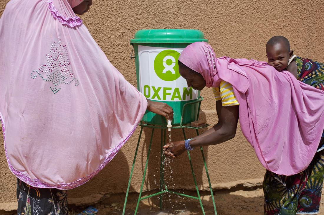 Halima and children at a hand-washing demonstration at Tondikwindi Treatment Centre, Ouallum, Niger, March 2015. Photo credit: Abbie Trayler-Smith/Oxfam