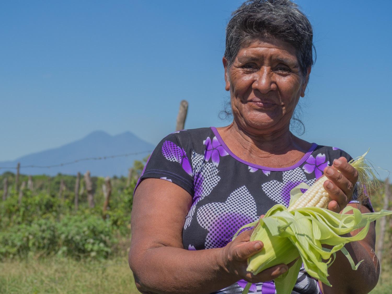Flor Aquino en una parcela de terreno comunitaria en El Ranchón, en el marco de un programa centrado en fortalecer la resiliencia ante la sequía. Mientras en el resto del país tratan de hacer frente a los efectos de El Niño.