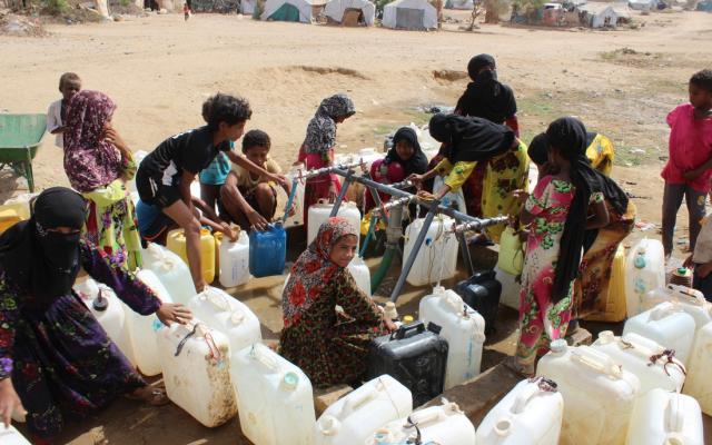 Punto de distribución de agua construido por Oxfam en el campo de desplazados de Al-Manjorah , en el distrito de Bani Hassan, Yemen. Foto: Moayed Al.Shaibani/Oxfam