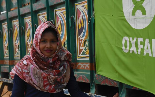 Aki* es una refugiada rohinyá de 16 años que colabora como voluntaria de Oxfam en su comunidad informando a otros miembros sobre buenas prácticas de higiene.  Fotografía: Dorothy Sang/Oxfam