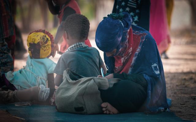 Malak, de 13 años, tuvo que casarse a una edad muy temprana para salvar a su hermano pequeño Shadi, de unos 5 años, que había perdido una pierna y necesitaba una prótesis. Fotografía: VFX ADEN/Oxfam