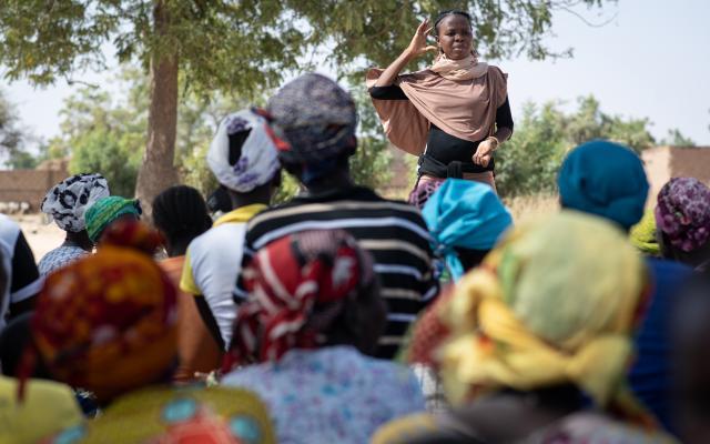 Huguette sensibilise les femmes à l'hygiène sur le site des personnes déplacées de Pissila.