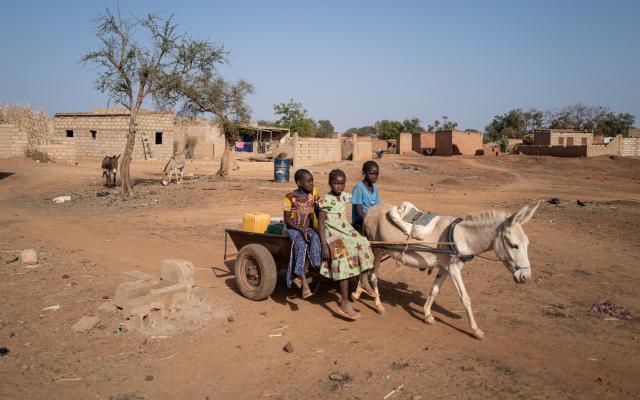 En el campamento para personas internamente desplazadas en Kaya, más de 2000 personas comparten los limitados recursos que las organizaciones de ayuda humanitaria han conseguido distribuir hasta ahora. Sin embargo, con un aumento de los desplazamientos de un 1200% en un solo año, estos recursos han dejado de ser suficientes. Crédito de la foto: Sylvain Cherkaoui/Oxfam