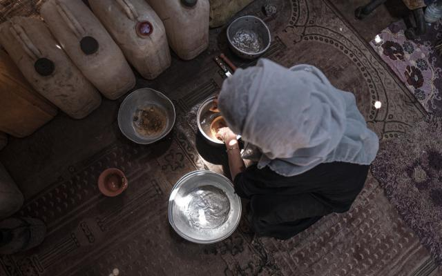 Hanan from Yemen cleaning dishes