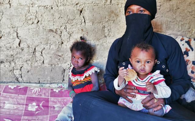 Aishah, from Yemen, has been on the run for 3 years now, carrying only her 4 children, a bag of clothes and a blanket.