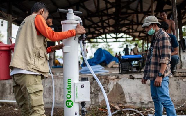 Instalación de sistemas SkyHydrant para la purificación de agua que transforman el agua subterránea en agua potable sin necesidad de electricidad ni químicos. Foto: Hariandi Hafid/Oxfam