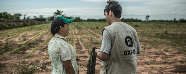 David Ayala (Oxfam staff) talks with Julia Leguizacmón, who is a member of the SAN PEDRO II cooperative, Paraguay.  Credit: Pablo Tosco/Oxfam