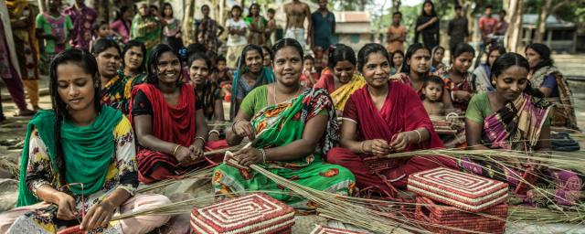 Women producers in the community of Khordo (Bangladesh) make baskets with palm leaves to be sold in Oxfam fair trade stores. Credit: Pablo Tosco/Oxfam
