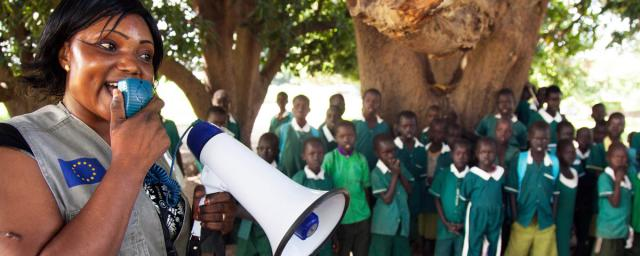 Oxfam Public Health officer Patricia Philip addresses the students of the Primary Complex School in Gondokoro island, South Sudan, as part of the awareness campaign to prevent cholera and inform about good hygienic practices.