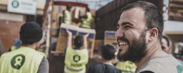 Oxfam's Mivan Mahmood oversees a distribution with the Country Humanitarian team in Iraq. The team have distributed inter kits to thousands of families in hard to reach areas in North western Iraq as they return home after ISIS. Credit: Tegid Cartwright/Oxfam