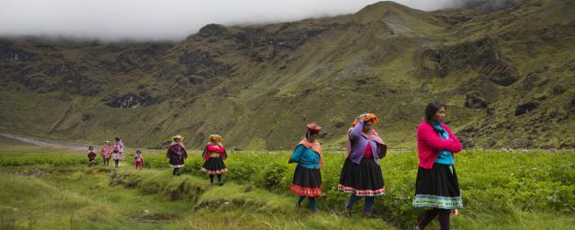 Mujeres indígenas de los Andes peruanos durante una capacitación de la escuela de campo para agricultores sobre plagas, en Nusta Pakana, a 4000 m. Crédito: Ilvy Njiokiktjien / Oxfam