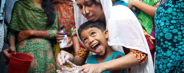 Onima conduce una clase de promoción de higiene con niñas adolescentes en un centro comunitario en 36 Bari Colony, un barrio pobre en Mymensingh (Bangladesh). Crédito: Tom Pietrasik / Oxfam