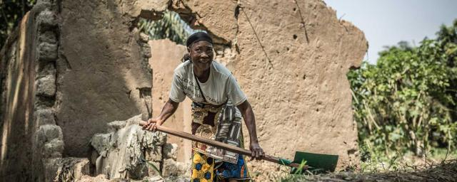 Helleine Kilo returns to the ruins of her destroyed house during the crisis in 2015, neighborhood of Bloc Sara. Credit: Pablo Tosco/Oxfam Intermón