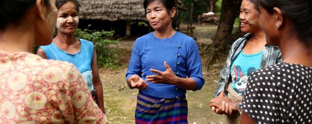 Soutenue par Oxfam, Daw Ma Khine Oo est très active au sein de sa communauté, défendant ses besoins et épaulant les autres lorsque leurs droits sont bafoués. Crédit : Dustin Barter