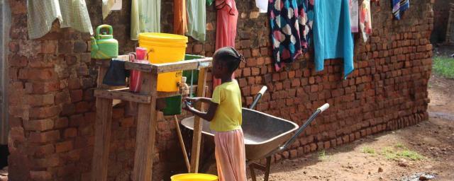 Une fille se lave les mains sous un robinet installé par Oxfam, Wau, Cathedral Camp. Crédit : Tim Bierley / Oxfam