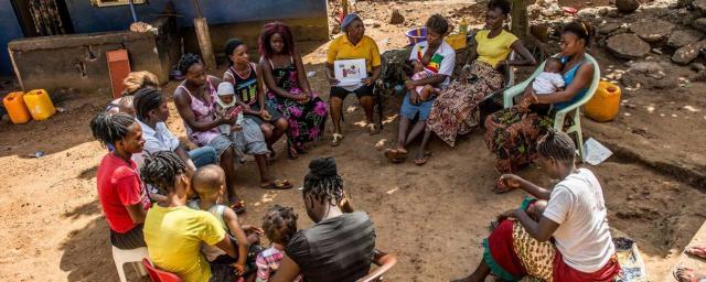Une bénévole dirige un atelier de groupe avec des femmes de sa communauté. Au cours de cet atelier, les femmes acquièrent des connaissances sur les maladies et l'assainissement. Elles apprennent comment prendre soin de leurs enfants quand ils sont malades et ce qu'il faut faire pour prévenir la propagation des maladies. Crédit : Tommy Trenchard / Oxfam