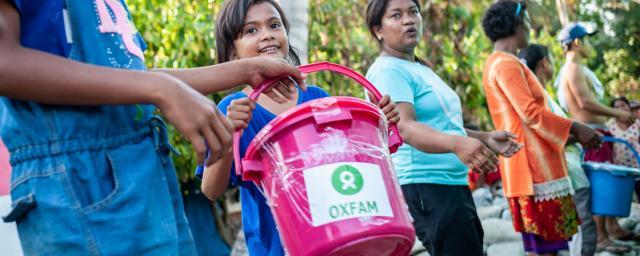Distrito Dolo Seletan, Sulawesi, Indonesia: María y su familia ayudan a descargar los kits de higiene de Oxfam en una distribución en las afueras de Palu, Indonesia. Crédito: Keith Parsons / Oxfam