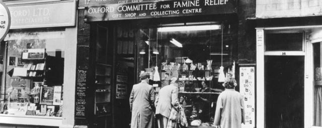 Primera tienda de regalos permanente de Oxfam en Broad Street, Oxford, que abrió en 1947. La fotografía es probablemente de finales de la década de 1940. Crédito: Archivo Oxfam