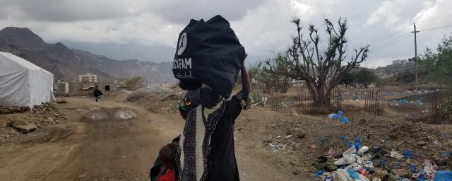Hygiene kit distribution in Albatra camp for internally displaced people, Taiz, Yemen.