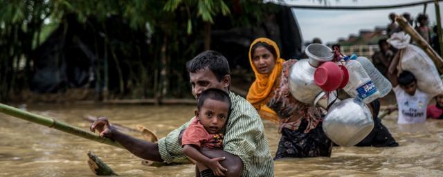 Un padre y su hijo cruzan un puente derrumbado cerca del campamento de Balhukali, en Bangladesh. Las lluvias torrrenciales obligan a los refugiados a desplazarse a zonas más elevadas. Foto: Aurélie Marrier d'Unienville