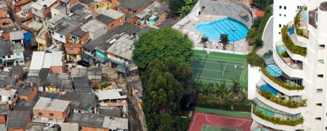 The Paraisópolis favela borders the affluent district of Morumbi in São Paulo, Brazil (2008). Photo: Tuca Vieira