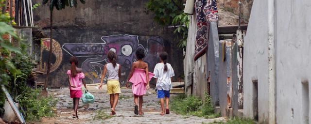 Despite lifting millions of people out of poverty over the last decades, Brazil still faces a huge gap between the country's richest and the rest of the population. Photo: Apu Gomes/Oxfam
