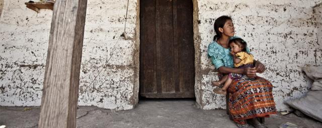 Juana Pu de la comunidad de Pamaria, junto a su hija, a quien diagnosticaron desnutrición grave. Foto: Pablo Tosco/Oxfam