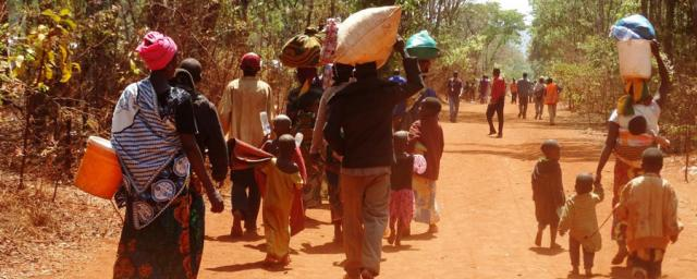 Burundian refugees walking to their new reception village