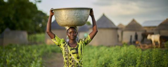 Christina tiene 23 años y cultiva maíz. Como parte del programa CRAFS (Agricultura y sistemas alimentarios resistentes al clima)  se le ha enseñado cómo hacer compost . Crédito: Nana Kofi Acquah / Oxfam
