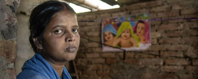 Pratima lost her twin babies through delays and poor treatment after she gave birth at her local government clinic. In India, the highest -quality medical care is only available to those who have the money to pay for it. Photo: Atul Loke, Panos/Oxfam