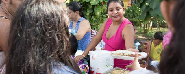 With the support of Oxfam and our partner COCIGER, migrants in Tecún Umán are getting hot meals every day. We have also distributed mattresses, water filters, hygiene materials like soap and nutrition kits. Foto: Elizabeth Stevens/Oxfam