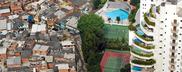 The Paraisópolis favela borders condominiums, with swimming pools, parks, tennis courts, of the affluent district of Morumbi in São Paulo, Brazil. Photo: Tuca Vieira