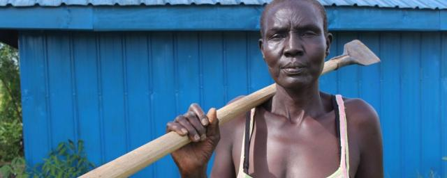 Au Soudan du Sud, Oxfam a formé des agricultrices aux bonnes pratiques de production et aux techniques de commercialisation. Grâce à ses nouveaux revenus, Elizabeth peut scolariser ses enfants et couvrir ses frais médicaux. Photo: Tim Bierley/Oxfam