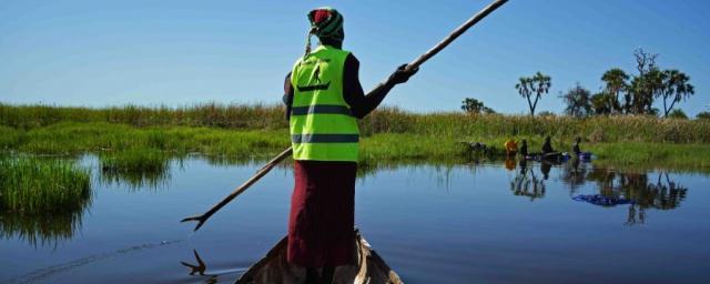 """""""Cuando se produjo la crisis, tuve suerte de tener una canoa porque pude marcharme de Nyal y llegar rápidamente a una de las islas. Muchas personas no tuvieron tanta suerte, así que decidí ayudar en lo que pude"""". Martha Nyabany, tripulante de canoa."""