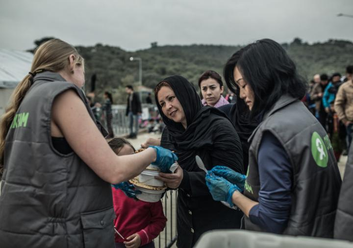 A group of Oxfam volunteers delivers food to migrants and refugees arriving in Lesbos, Greece. Credit: Pablo Tosco/Oxfam