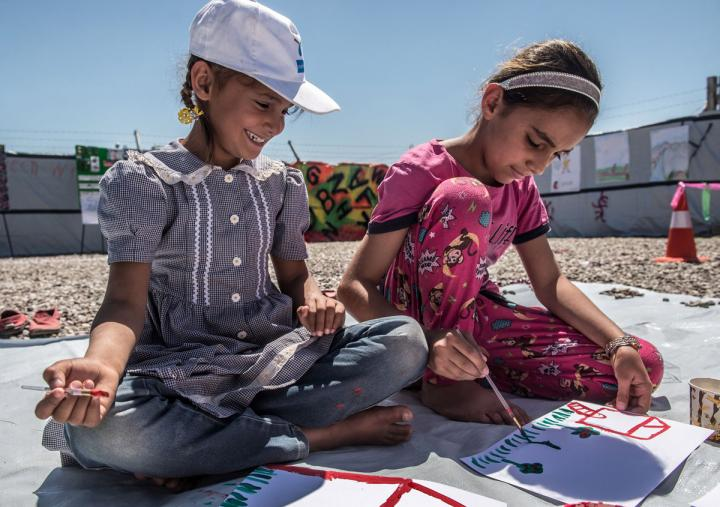 Children take part in a fun painting workshop organised by Oxfam's PHP team in Hassansham camp, Iraq. Tommy Trenchard / Oxfam