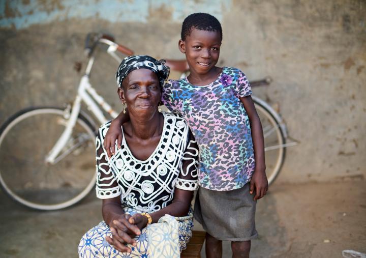 """""""Cuando eres pobre, lo que te preocupa es cómo pagar la matricula escolar y cubrir necesidades básicas"""", dice Mmalebna, una orgullosa madre y productora de maíz en el norte de Ghana. Crédito: Nana Kofi Acquah / Oxfam"""