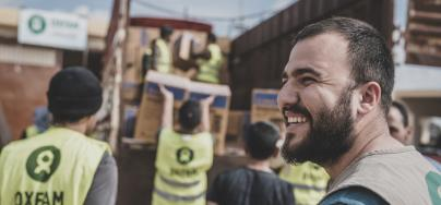 Mivan Mahmood, de Oxfam, supervisa una distribución junto con el equipo humanitario de país en una zona rural de Damasco, en Iraq. Foto: Tegid Cartwright/Oxfam