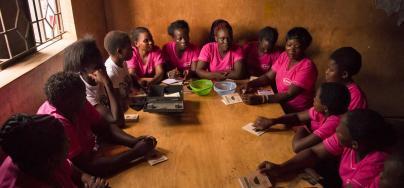Des membres du projet Wezesha Jamii se réunissent dans le quartier de Mathare, à Nairobi (Kenya). Crédit : Katie G. Nelson / Oxfam