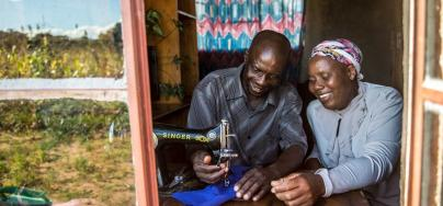 Orpheus Dube enseña en su casa habilidades de sastrería a su esposa Paulina Sibanda, Zimbabwe. Crédito: Aurelie Marrier d'Unienville / Oxfam