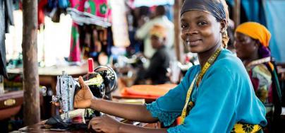 Proyecto Oxfam sobre medios de vida sostenibles, en el campo de refugiados Nyarugusu en Tanzania. Oxfam otorgó subvenciones a grupos de refugiados para iniciar negocios que les proporcionarían ingresos, y varias personas ahora trabajan aquí como sastres. Crédito: Amy Christian / Oxfam