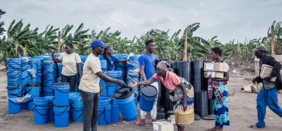 El personal de Oxfam distribuye kits de higiene en el campamento de reasentamiento de Maxquiri Alto como parte de las actividades de respuesta de emergencia de Idai. Crédito: Micas Mondlane / Oxfam