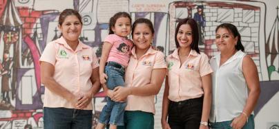 Des membres de l'Association de femmes Las Gardenias posent au Centre Shaira Ali de la communauté Getsemani à Ahuachapán, au Salvador. Oxfam les aide à militer en faveur des droits des femmes et à lutter contre la violence de genre. Crédit : Oscar Leiva / Oxfam America