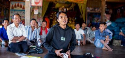 Hong Rany, 26 ans, participe à un atelier sur la réglementation de la pêche au Cambodge, dans la pagode du village de Ksach Leav. Crédit : Savann Oeurm / Oxfam America