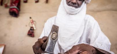 A member of an arts and crafts group in the Bermo region in Niger. Photo: Tom Saater/Oxfam